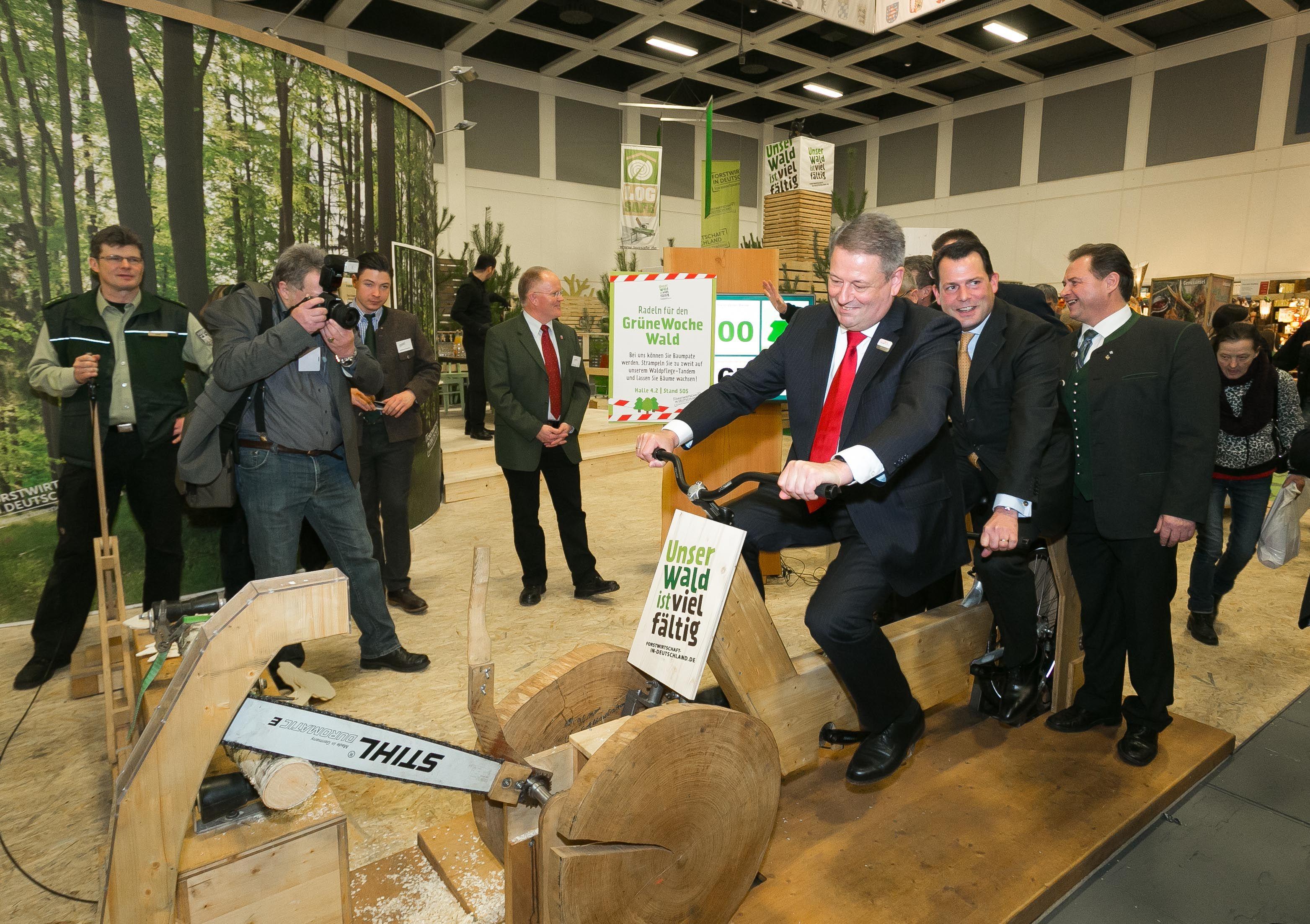Internationale Grüne Woche in Berlin: Eröffnung der Woodbox mit einem Holzrad