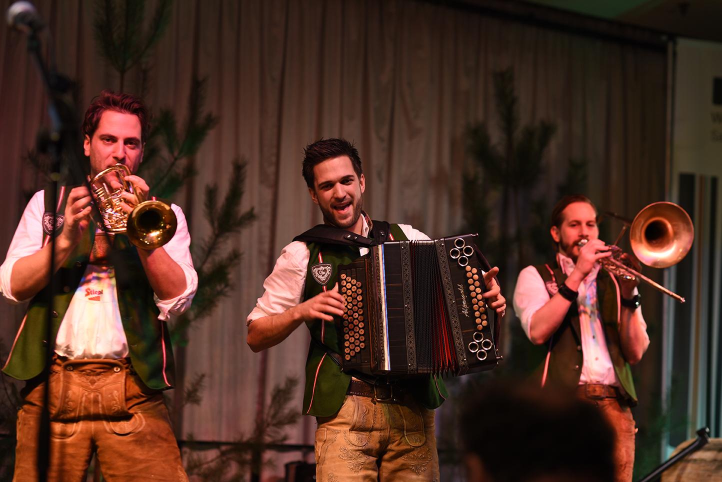 Empfang der Waldeigentümer: Unterschiedliche Bands sorgen für musikalische Unterhaltung