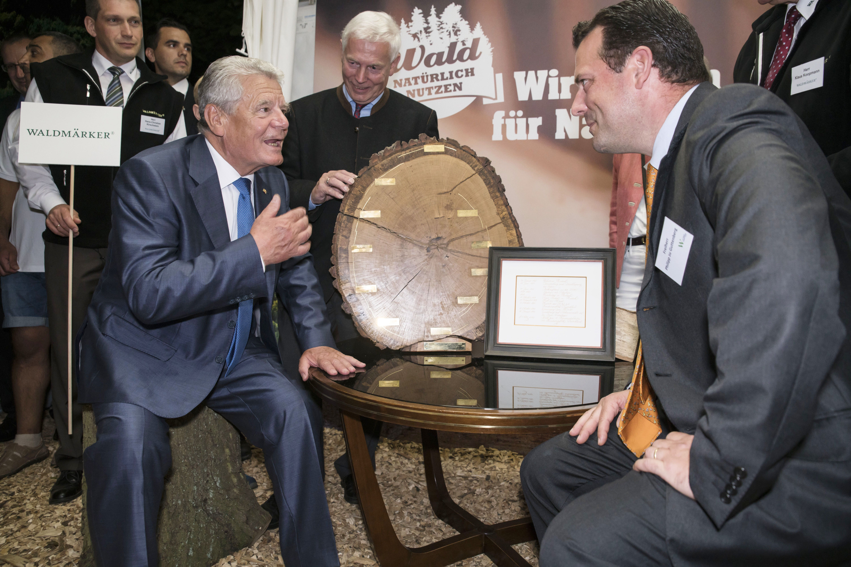 Übergabe der Baumscheibe mit Zitaten des Bundespräsidenten Joachim Gauck