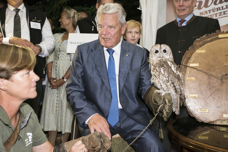 Bundespräsident Joachim Gauck mit einer Eule