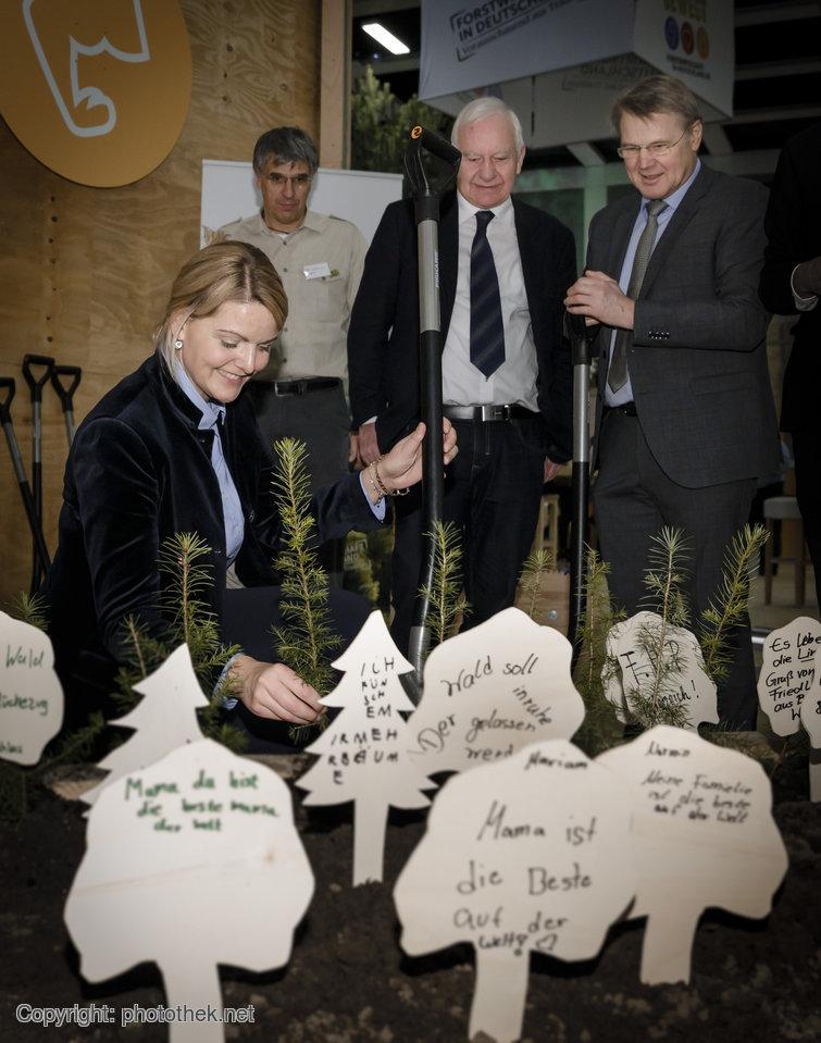 Christina Schulze Föcking, Landwirtschaftsministerin aus Nordrhein-Westfalen, pflanzt einen Baum