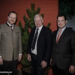AGDW-Hauptgeschäftsführer Alexander Zeihe und AGDW-Präsident Philipp zu Guttenberg mit Cajus Caesar
