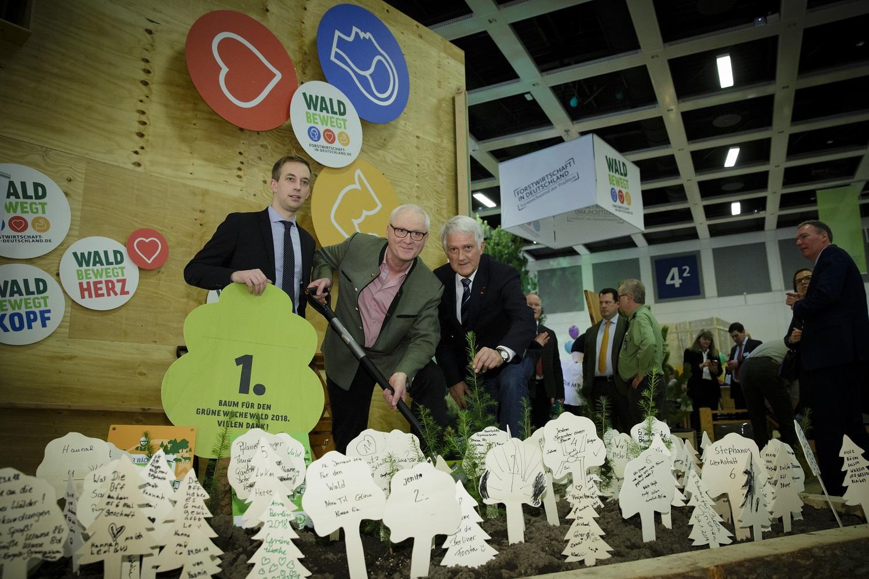 Der Deutsche Forstwirtschaftsrat (DFWR) am Stand der AGDW