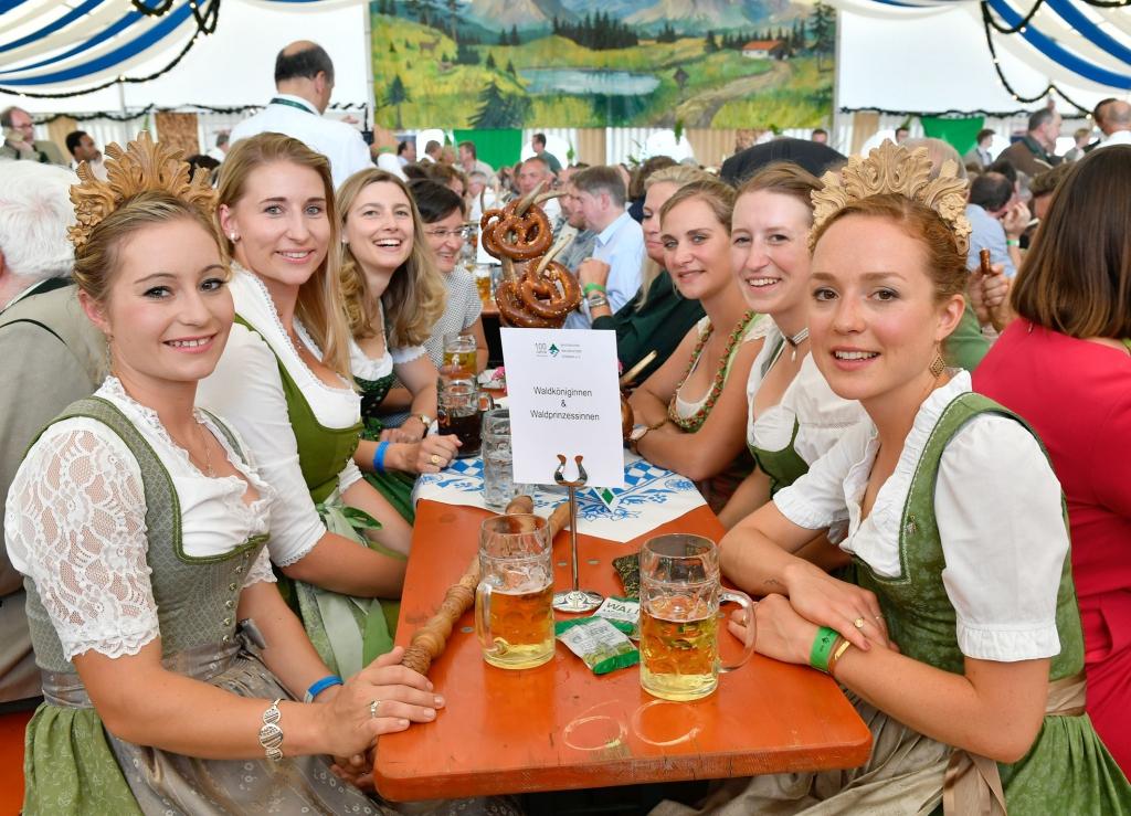 Die Waldköniginnen feiern die Unterzeichnung des Waldpakts
