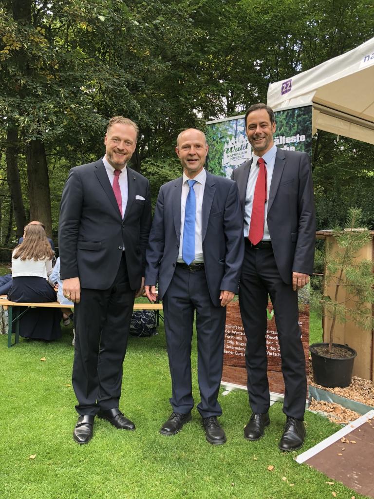 Alexander Zeihe (l.) und Karsten Spinner (r.) AGDW mit Thomas Weber, Präsident Brandenburgischer Waldbesitzerverband e.V.