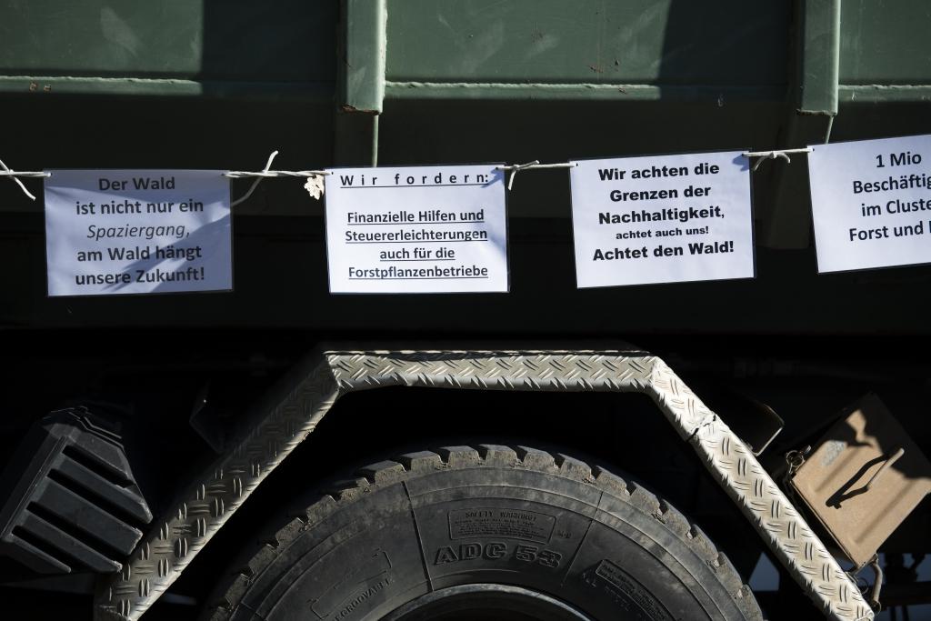 Forstfahrzeug mit Sprüchen
