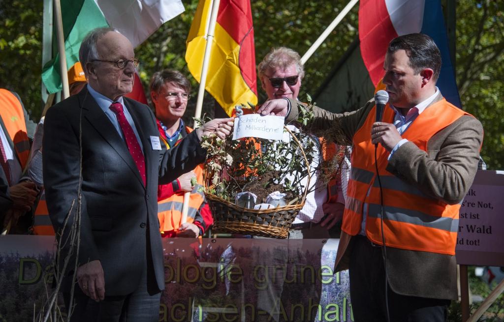 Übergabe Präsentkorb an Staatssekretär Hermann Onko Aeikens