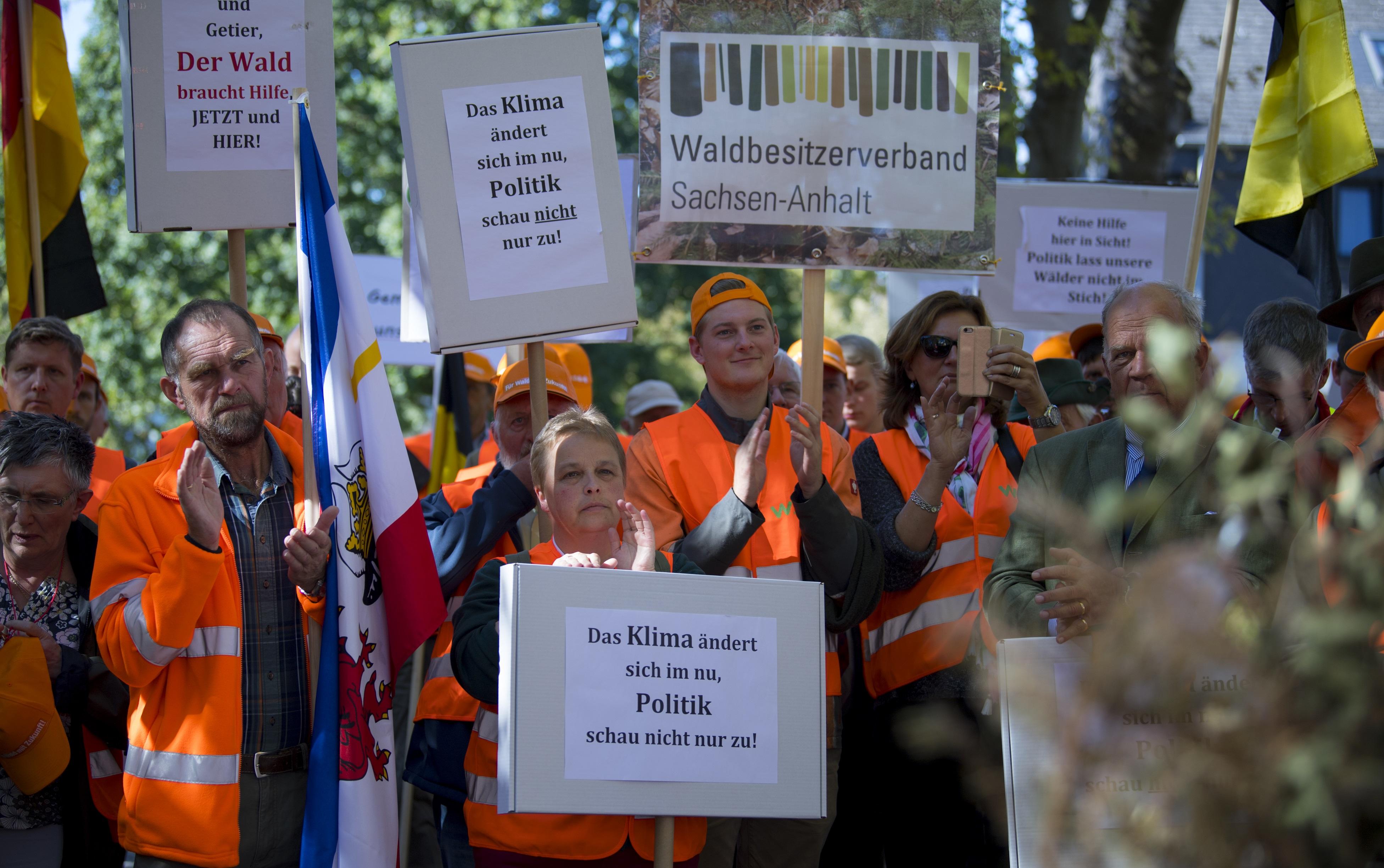 Demonstranten mit Schildern