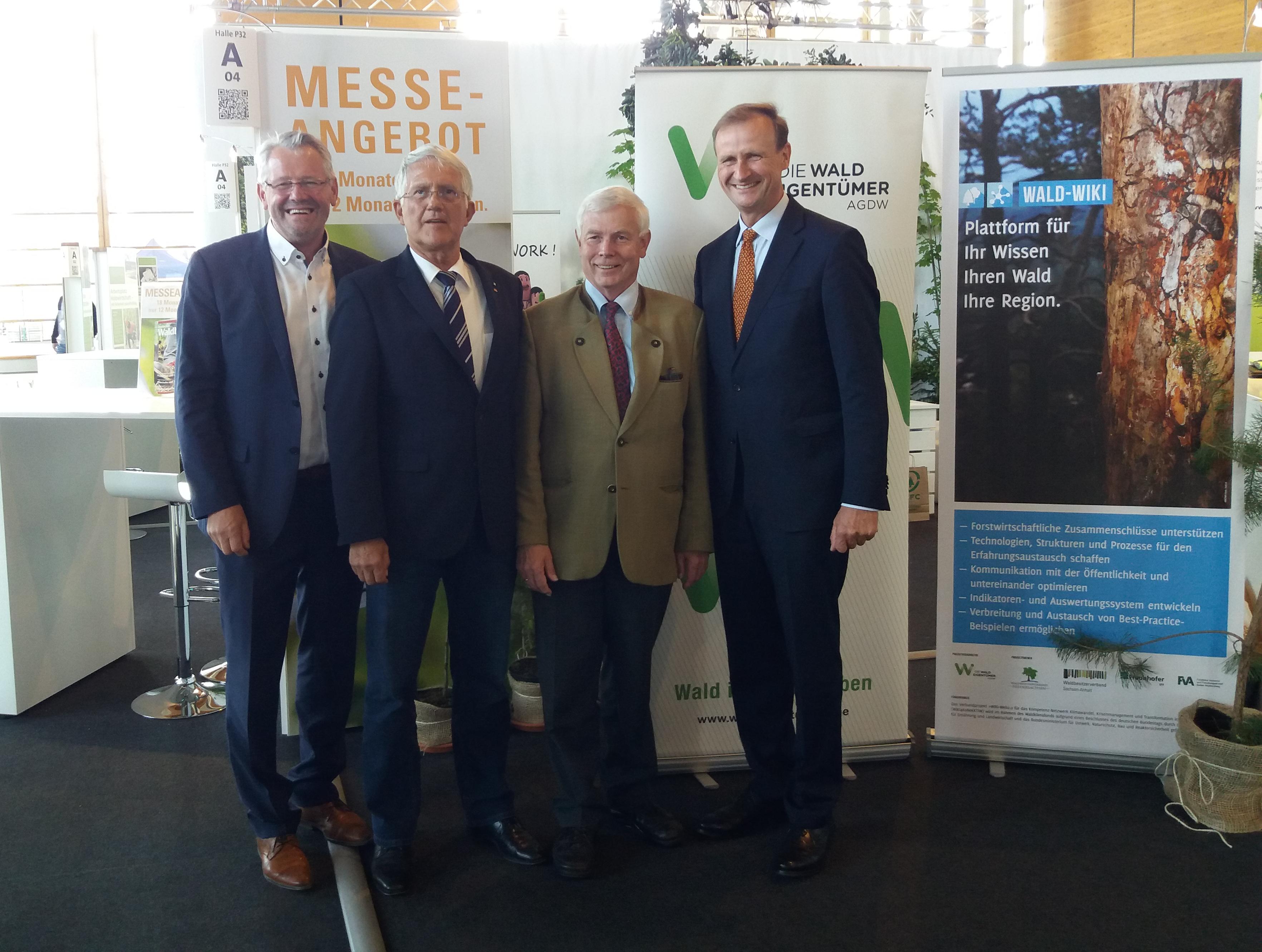 MdBs, DFWR und AGDW-Präsidium am Stand